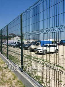 Стоянка, огороженная забором из проволочных панелей Козачка с ПВХ покрытием