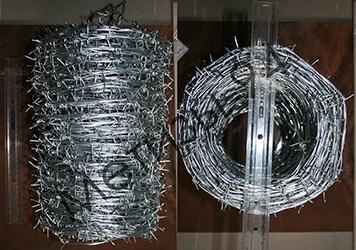 Бухти двохосновного колючого дроту. Фото