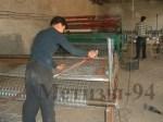 Рабочий контролирует качество сваривания сетки сварной.