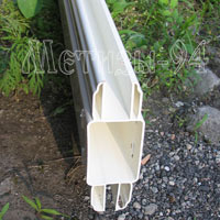 Средняя перекладина комбинированного пластикового забора с решетками