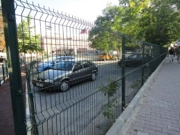 Паркан з дротяних панелей в Стамбулі