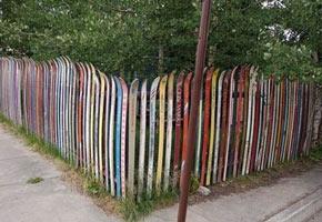Креативный забор, фото забора с старых лыж