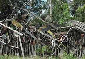 Забор из подручных средств, фото