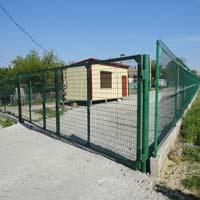 Забор из металлических проволочных секций с воротами