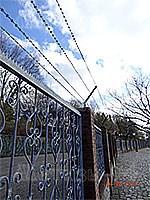 Забор с колюще-режущей армированной лентой
