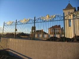 Забор из металлических труб и штампованого декора