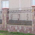 Кованый забор с кирпичными колоннами