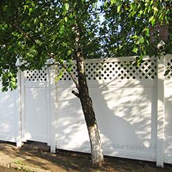 Пластиковый глухой забор с решетками