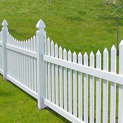 Забор из плоского штакетника - отличное дизайнерское решение