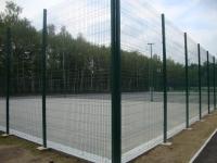 высокий забор Класик ограждает спортивную площадку
