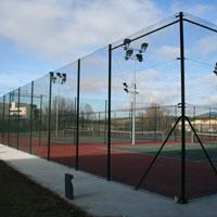 Сетка Рабица высокая в качестве ограждения спортивной площадки.