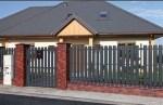 Элитный дом, огороженный штакетным забором из металла.